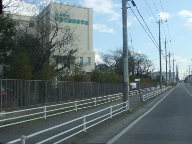 岩槻北陵高校の前の道の写真
