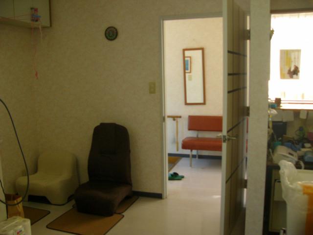 受付の横にいすが置いてある写真