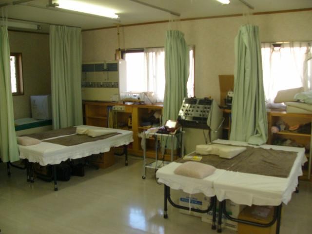 施術用のベッドが2台の写真