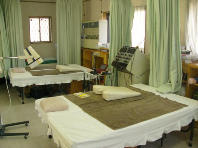 施術用ベッドが2台と施術気が2つ見える写真