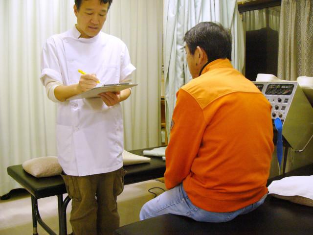 院長戸田信也がお客様の話を聞いている写真