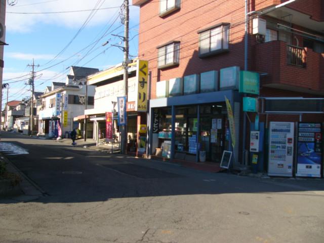 駅前の道を薬局で左折する案内写真
