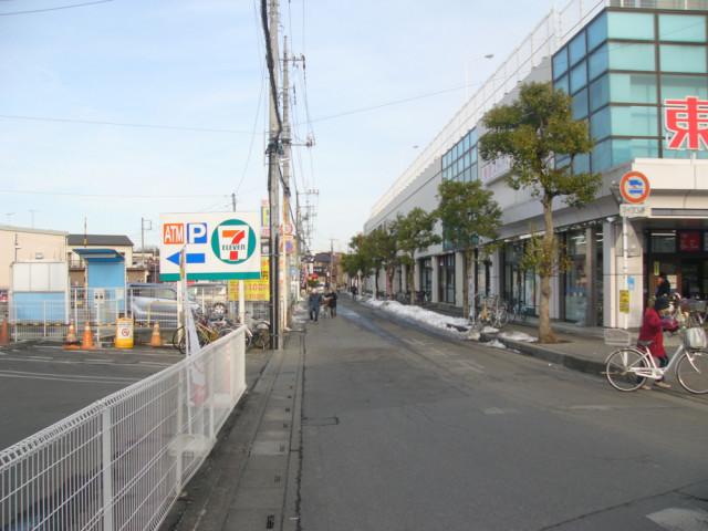 セブンイレブンが左、東武ストアが右の道の案内写真